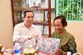 Đồng chí Nguyễn Văn Bình thăm, tặng quà các gia đình chính sách tỉnh Bến Tre