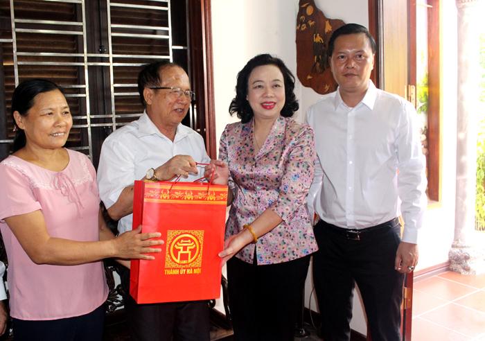 Lãnh đạo Thành phố Hà Nội thăm, tặng quà gia đình chính sách tiêu biểu