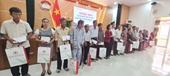 Đồng chí Trương Thị Mai tặng quà các gia đình có công cách mạng ở Quảng Nam