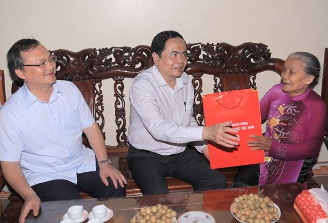 Chủ tịch Ủy ban Trung ương MTTQ Việt Nam thăm, tặng quà gia đình chính sách Hưng Yên