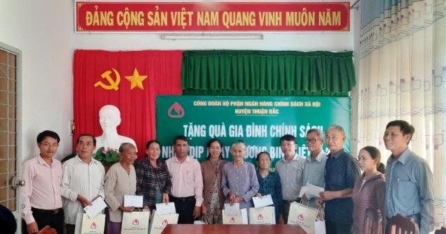 NHCSXH huyện Thuận Bắc Ninh Thuận  Thăm hỏi, tặng quà gia đình chính sách xã Bắc Phong