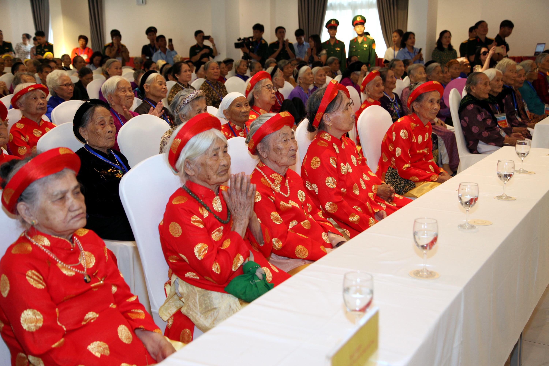 Xúc động gặp mặt 300 Mẹ Việt Nam Anh hùng