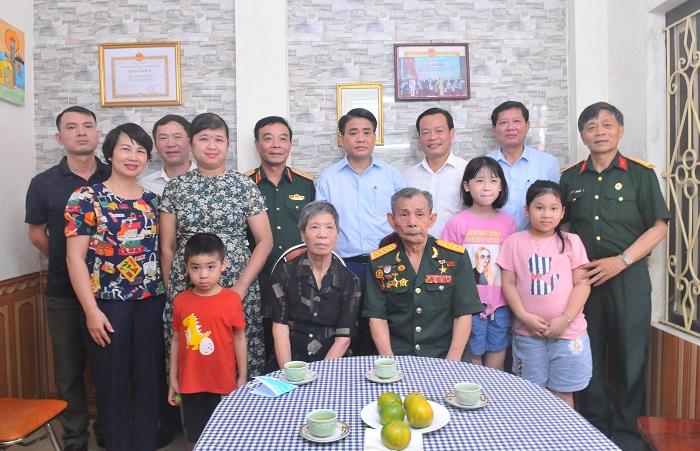Chủ tịch UBND thành phố Hà Nội thăm, tặng quà gia đình chính sách