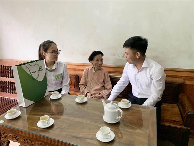 Vietcombank Tuyên Quang tặng quà Mẹ Việt Nam Anh hùng, các gia đình chính sách