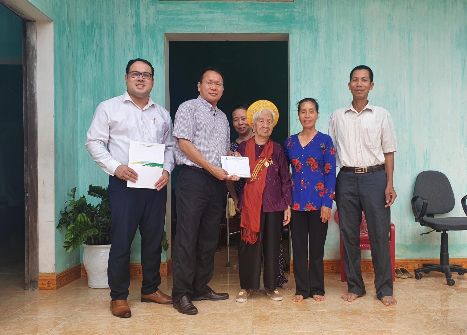 Vietcombank Bắc Giang thăm mẹ Việt Nam Anh hùng