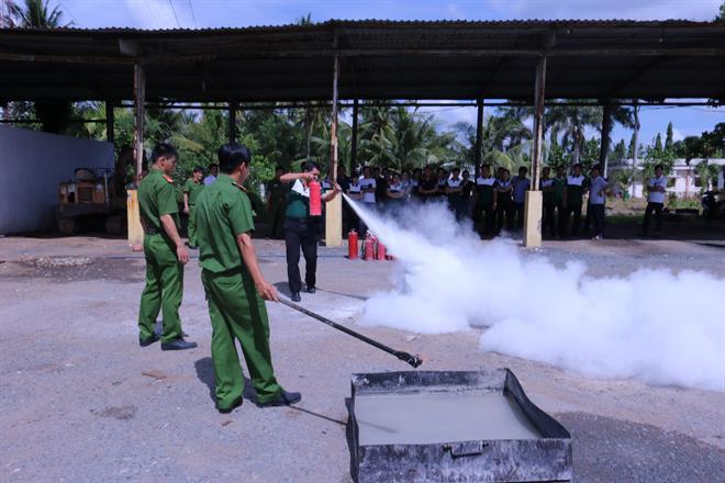 """Vietcombank Bến Tre tổ chức buổi """"tập huân công tác phòng cháy chữa cháy và cứu nạn, cứu hộ năm 2020"""""""