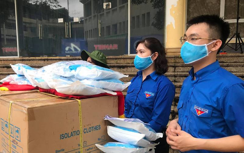 Dành tặng các nhu yếu phẩm và trang thiết bị y tế cho người dân Đà Nẵng