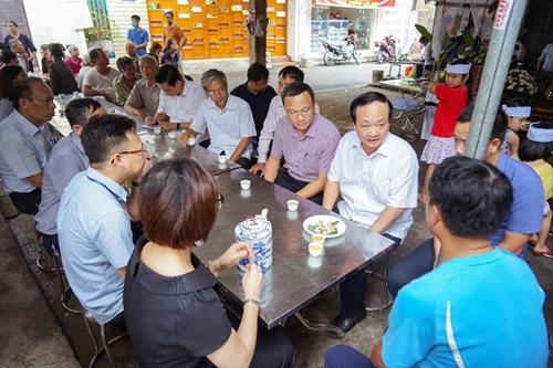 Chia sẻ nỗi đau vụ xe container đè xe con tại Hà Nội