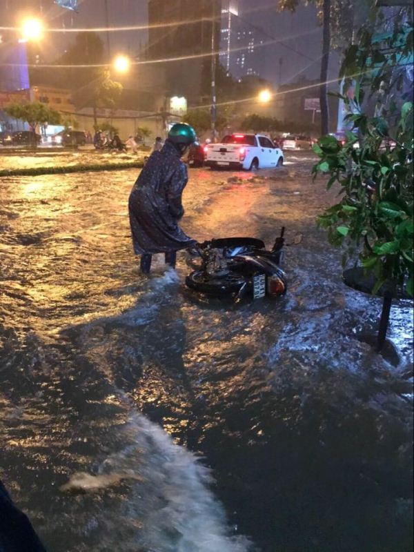 Mưa lớn kéo dài, nhiều tuyến đường tại TP HCM chìm trong biển nước