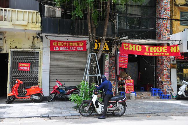 Nhiều cửa hàng kinh doanh tại Hà Nội đóng cửa vì dịch COVID-19