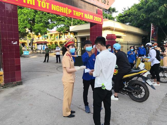 Cảnh sát giao thông phát khẩu trang hỗ trợ thí sinh thi tốt nghiệp THPT