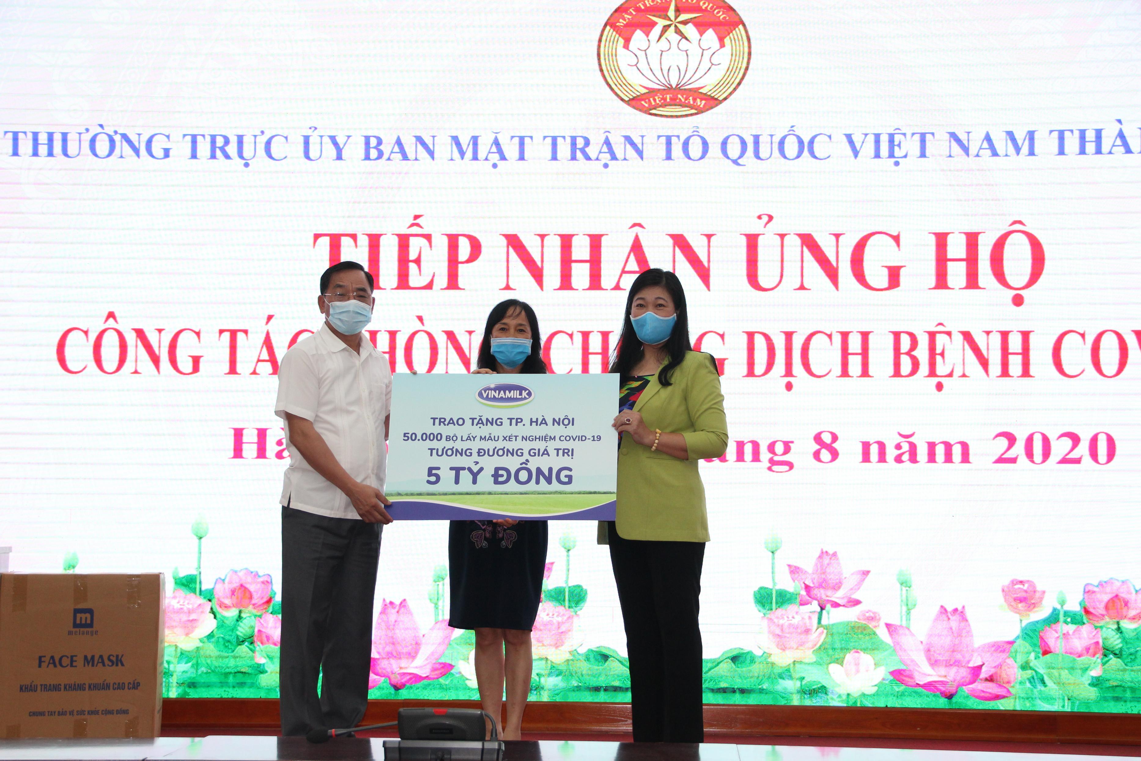 Hà Nội tiếp nhận 50 nghìn bộ lấy mẫu xét nghiệm COVID-19