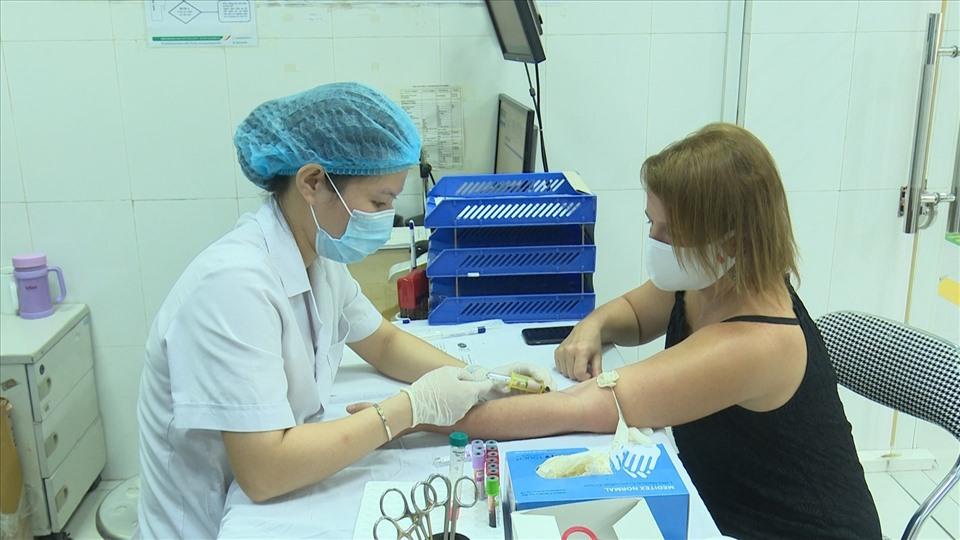 5 bệnh nhân COVID-19 khỏi bệnh tình nguyện hiến huyết tương