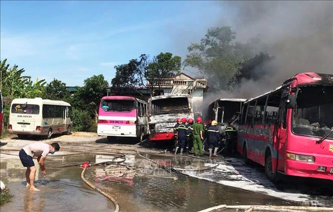 Thanh Hóa Cháy 6 xe khách tại bãi giữ xe tự phát