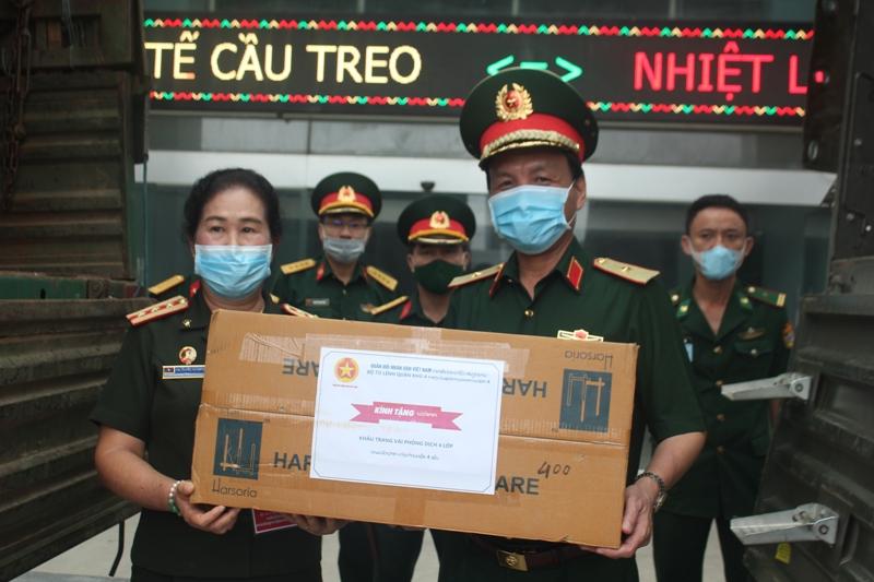 Trao tặng trang bị y tế cho Quân đội Nhân dân Lào phòng, chống dịch COVID-19