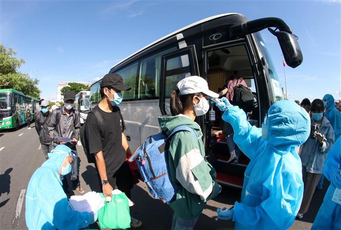 Đưa hơn 700 người dân Quảng Ngãi mắc kẹt ở vùng dịch trở về nơi cư trú