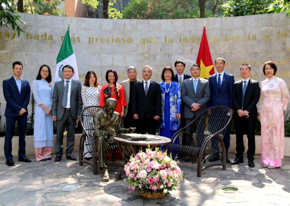 Dâng hoa tưởng niệm Chủ tịch Hồ Chí Minh tại thủ đô Mexico