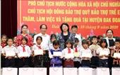 Phó Chủ tịch nước Đặng Thị Ngọc Thịnh tặng quà người có công với cách mạng, trao bổng cho học sinh nghèo tại Gia Lai