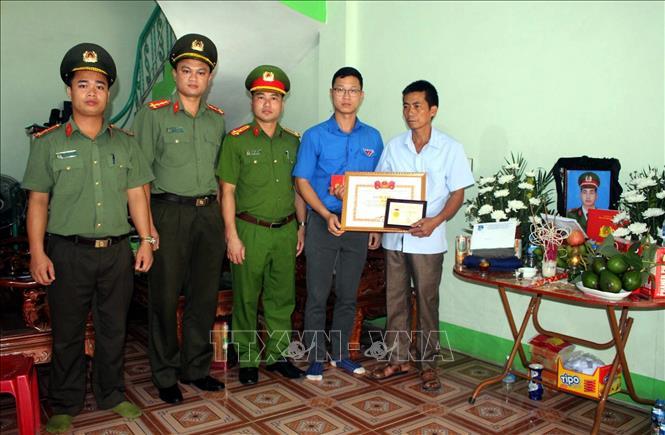 """Truy tặng Huy hiệu """"Tuổi trẻ dũng cảm"""" cho chiến sỹ Công an hy sinh khi làm nhiệm vụ"""