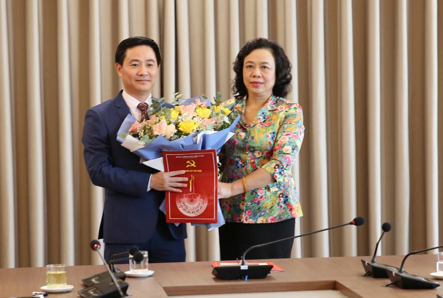Ban Thường vụ Thành ủy Hà Nội trao quyết định về công tác cán bộ