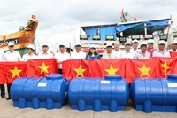 3 000 lá cờ Tổ quốc trao ngư dân Bà Rịa - Vũng Tàu vươn khơi bám biển