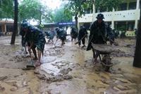 Cán bộ, chiến sĩ Sư đoàn 968 nỗ lực giúp nhân dân vùng ngập lũ