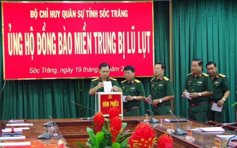 Bộ CHQS tỉnh Sóc Trăng ủng hộ đồng bào miền Trung gần 200 triệu đồng
