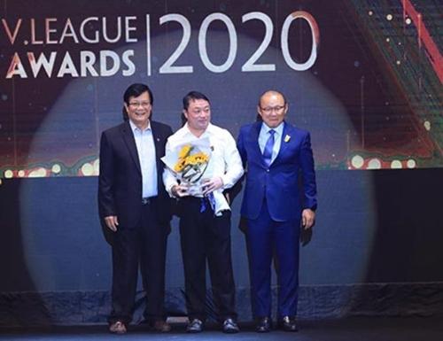 Tiền vệ Văn Quyết, HLV Việt Hoàng đoạt danh hiệu xuất sắc nhất mùa giải 2020