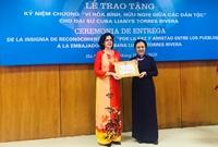 """Trao Kỷ niệm chương """"Vì hòa bình, hữu nghị giữa các dân tộc"""" tặng Đại sứ Lianys Torres Rivera"""