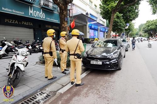 Dừng, đỗ xe không đúng quy định gây tai nạn sẽ bị xử phạt 10 - 12 triệu đồng