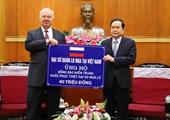 Đại sứ quán Liên bang Nga trao ủng hộ đồng bào các tỉnh miền Trung