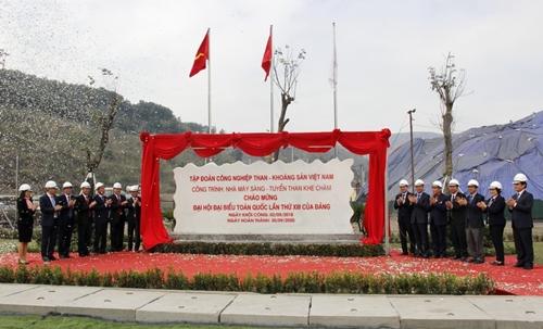 Gắn biển công trình chào mừng Đại hội Đảng cho Nhà máy sàng - tuyển than Khe Chàm