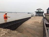 Bắt quả tang tàu không số hiệu khai thác cát trái phép