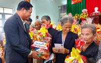 Đảng ủy Khối các cơ quan Trung ương tặng quà cho các gia đình chính sách, hộ nghèo, khó khăn tại Phú Yên
