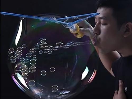 Màn thổi bong bóng lập kỷ lục thế giới Guinness