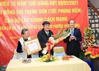 Lãnh đạo TP Hà Nội trao Huy hiệu Đảng cho các đảng viên lão thành