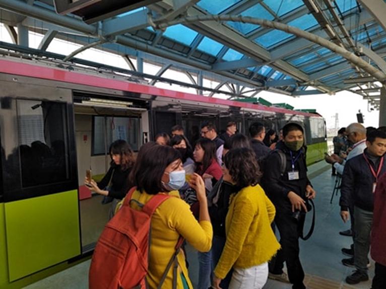 Đông đảo người dân Thủ đô tham quan nhà ga S1