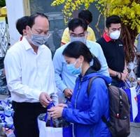 Gần 4 nghìn vé xe miễn phí hỗ trợ sinh viên có hoàn cảnh khó khăn về quê đón Tết