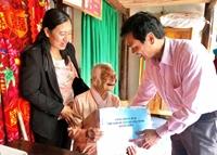 NHCSXH huyện Quảng Ninh, Quảng Bình tặng quà Tết cho Mẹ Việt Nam anh hùng