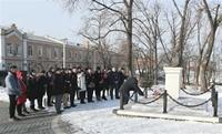 Người Việt tại Vladivostok Nga dâng hoa tưởng nhớ Chủ tịch Hồ Chí Minh