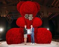 Chú gấu bông kết bằng hoa hồng khổng lồ ở Trung Quốc