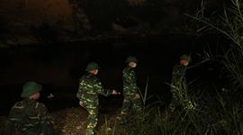 Tuần tra đêm trên biên giới chống dịch