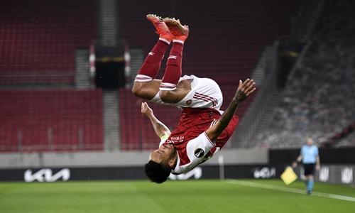 Aubameyang tỏa sáng cứu Arsenal
