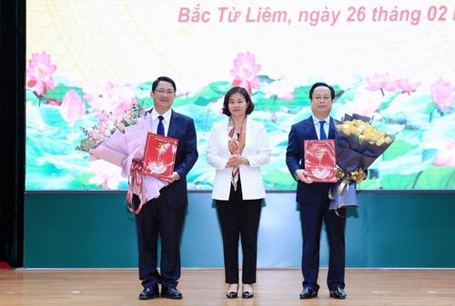Ban Thường vụ Thành ủy Hà Nội trao quyết định về công tác cán bộ tại 6 Đảng bộ
