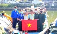 Tặng cờ Tổ quốc và ảnh Bác Hồ cho ngư dân Đà Nẵng
