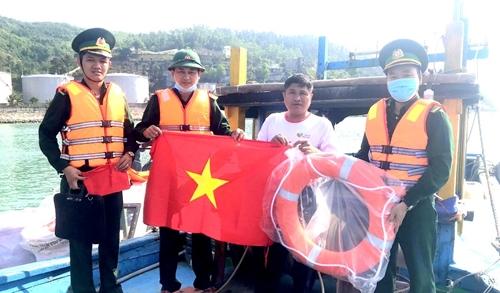 Tặng ngư dân hơn 60 cờ Tổ quốc và phao cứu sinh