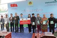 BHXH Việt Nam trao tặng 600 sổ BHXH cho các hộ nghèo ở Thanh Hóa