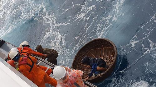 Cứu 2 thuyền viên tàu cá gặp nạn trên biển