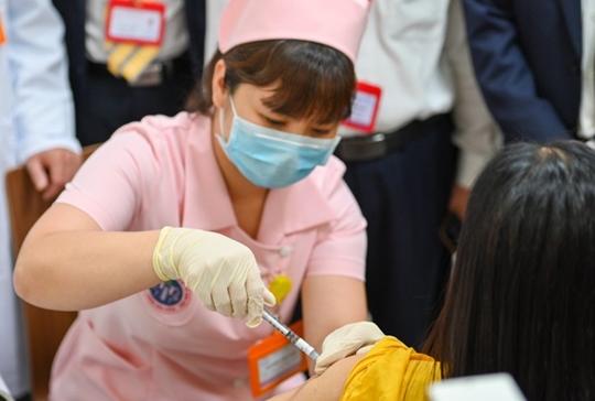 Sáu người đầu tiên tiêm thử nghiệm mũi 2 vắc xin COVIVAC