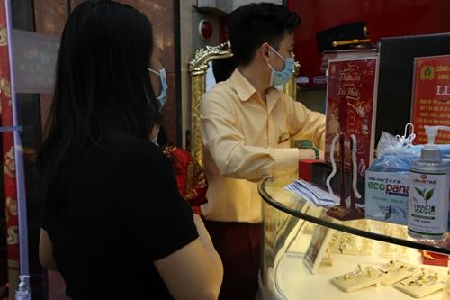 Giá vàng trong nước tăng mạnh, chạm mốc 56 triệu đồng lượng